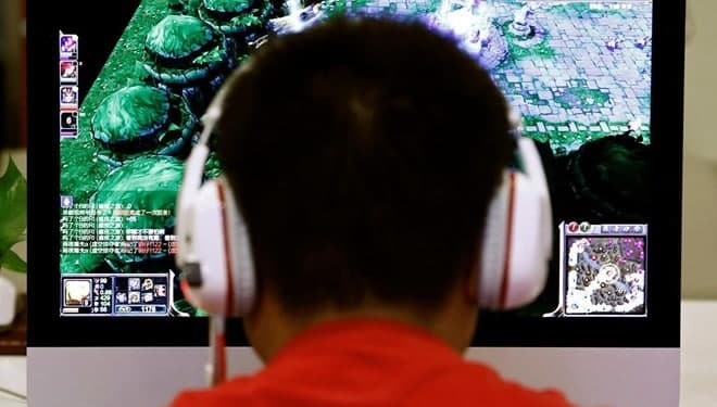22 saat bilgisayar oyunu oynayan çocuğun kolu felç oldu