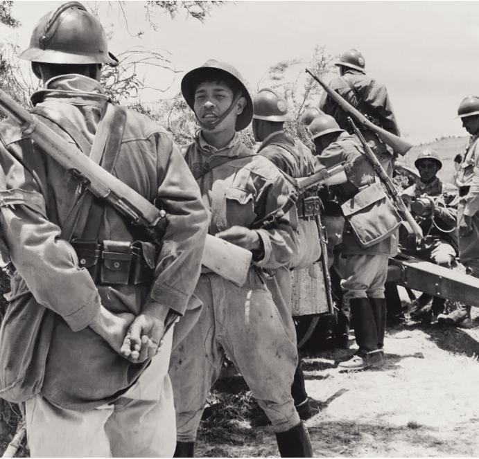 Meksika topçu askerleri, İkinci Dünya Savaşı sırasında kendi ülkeleri olarak Mihver Kuvvetleri'ne savaş ilanı bekleniyor. Hulton-Deutsch Koleksiyonu / Corbis / Getty Images)