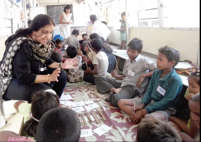 Bina Sheth Lashkari, solda, gecekondu ve diğer yetersiz hizmet alan bölgelerdeki öğrencilere ulaşmak umuduyla Kapı Basamağı Okulu'nu kurdu