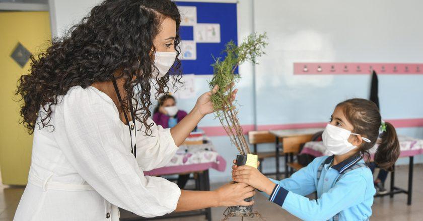 """Zerrin Öğretmen: """"Okul seninle, doğa ağaçlarla güzel"""""""
